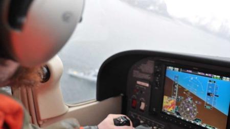 LETER VIDERE: To personer er funnet omkommet, og to personer er fortsatt savnet i Vesterålen. Da Sea King-helikopteret måtte gi seg, overtok et småfly fra Norsk Aero Klubb sin flygetjeneste. (Foto: Norsk Aero Klubb)