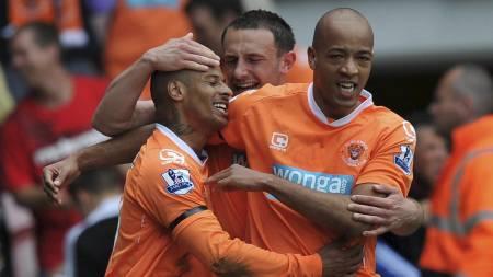 Blackpools DJ Campbell gratuleres etter scoring mot Newcastle. (Foto: Dave Howarth/Pa Photos)