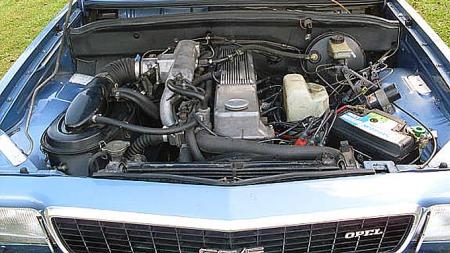 2,8-literen leverte 160 hester med injection. Ikke alle urestaurerte biler fra 1977 ser slik ut i motorrommet. Foto: Privat