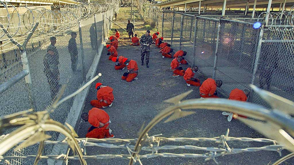 BEVOKTET: Guantanamofanger bevoktes i dette arkivbildet fra januar 2002. (Foto: Reuters)