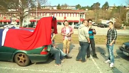 KLARE FOR FEST: Til tross for at det er tidlig morgen, er denne gjengen allerede godt i gang med festlighetene i Strömstad. (Foto: TV 2)