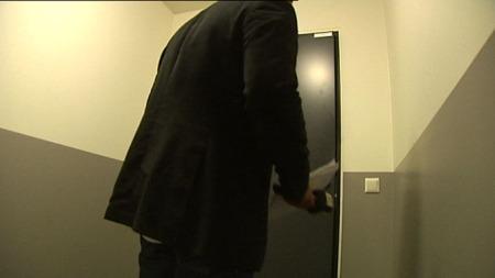 - IKKE HJEMME: TV 2 oppsøkte boligen der 22-åringen har registrert adresse, men der traff vi kun et familiemedlem som fortalte at 22-åringen bor sammen med venner. (Foto: TV 2)