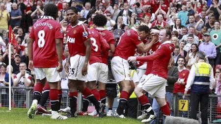 Manchester United-spillerne jubler etter scoring av Javier Hernandez. (Foto: JON SUPER/Ap)