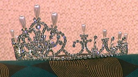 Dette er en kopi av en av dronning Sonjas tiaraer. (Foto: God morgen Norge)