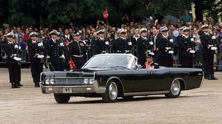 Kronprinsparets korte parade gjennom Oslo sentrum som nygifte er trolig Norges mest kringkastede og mest politi-overvåkede kjøretur på