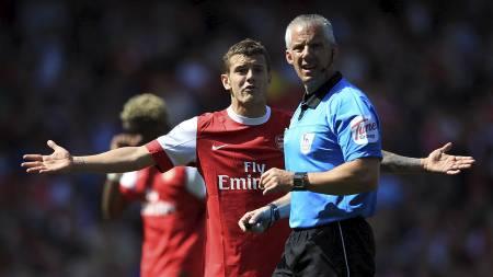 MISFORNØYD: Jack Wilshere klager til dommer Chris Foy under kampen mellom Arsenal  og Manchester United. (Foto: Mike Egerton/Pa Photos)