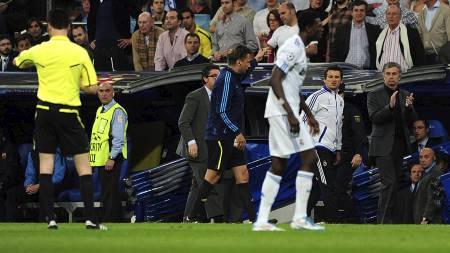 Jose Mourinho sendes på tribunen av dommer Wolfgang Stark. (Foto: Adam Davy/Pa Photos)