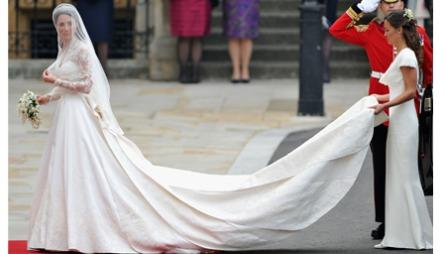 LANGT SLEP: Kates kjole har blonder laget ved The Royal School   of Needlework. Kreasjonen er elfenbensfarget og slepet er nesten tre   meter langt.