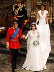BLONDER: Kjolen er utført i franske Chantilly-blonder og engelske   Cluny-blonder på både overdel, skjørt og underskjørt. Skjørtet, laget   i elfenbensfarget og hvit silke, er designet for å etterlikne en utsprunget   bloms