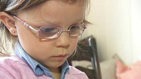 På en sjekk hos øyelegen ble det påvist at Josefine (5) nesten ikke så på det høyre øyet. Dette ble ikke fanget opp på fireårskontrollen.  (Foto: God morgen Norge)