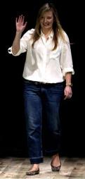 DESIGNET KATES KJOLE: Designer Sarah Burton for Alexander McQueen-huset   fikk det ærefulle oppdraget å designe Kates brudekjole. Burton var Alexander   McQueen høyre hånd, og er nå motehusets kreative leder.