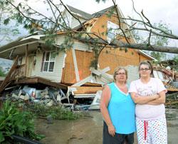 Diane and Ashley Guyton løp ned i kjelleren og hoppe inn i den grå bilen under huset da tornadoen kom. Bilen reddet livet deres da huset ble blåst av fundamentene i Concord, Alabama. (Foto: Ap)