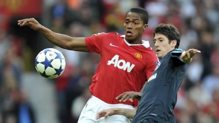 BLIR I MANCHESTER: Antonio Valencia har forlenget kontrakten med Manchester United. (Foto: Martin Rickett/Pa Photos)