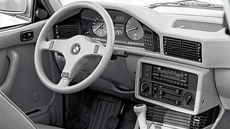 Det begynner å bli noen år siden dette var den mest opphissende førerplassen man kunne ha i en firedørsbil, da den første M5 ble lansert i 1985. Foto: Netcarshow.com