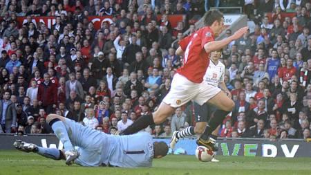 Heurelho Gomes og Michael Carrick i duell på Old Trafford i 2009. (Foto: Neal Simpson/Pa Photos)