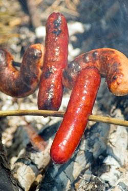 Pølser blir best når de er stekt på bål. (Foto: Colourbox)