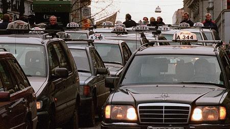 Mercedes 124, 201 og Mitsubishi Space Wagon: Slik vil nok aldri en norsk holdeplass se ut igjen, men det finnes en og annen riktig gammel bil med taxilampe på taket, også. (Foto: Lise Åserud, SCANPIX, ©LÅ)