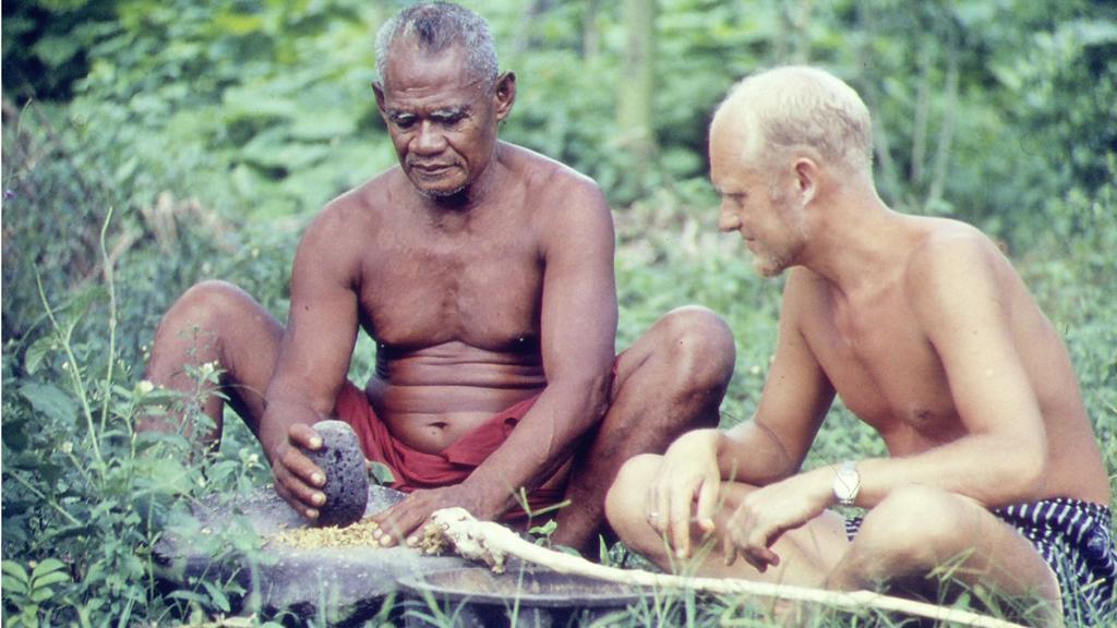 Erik Dammann i Samoa. Her får han  opplæring fra en av de innfødte.  (Foto: Privat)