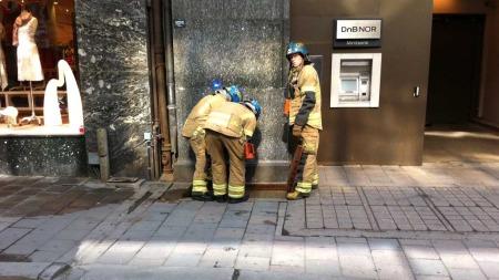 MYE RØYK: Brannen i en ventilasjonsrist førte til at kjelleren i kontorbygget ble fylt med røyk. (Foto: Lars Barth-Heyerdahl)