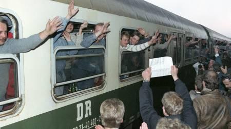 Vil vedtaket føre til scener som dette? Store folkemasser tok jublende imot østtyskere som strømmet til Vest-Tyskland etter at kommunisstaten åpnet sine grenser i 1989. Dette bildet er fra Hof i Bayrern. (Foto: DPA/SCANPIX)