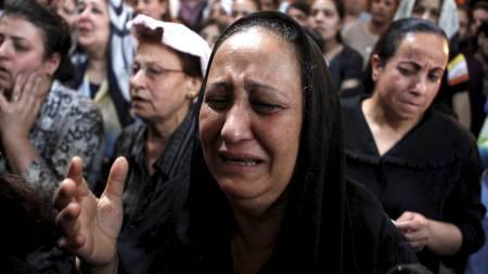 En koptisk kristen kvinne gråter under en gudstjeneste i St. Maria-kirken i Kairo søndag. Kirken ble lørdag kveld satt fyr på av muslimer. (Foto: ASMAA WAGUIH/Reuters)