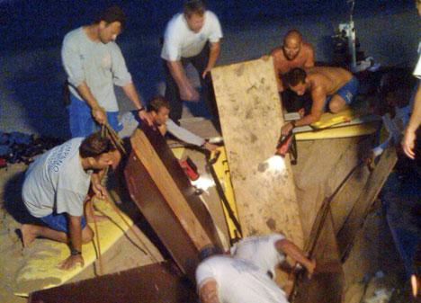Arbeidet med å få 19-åringen opp av hullet han hadde gravd, tok nærmere to timer. (Foto: AP)