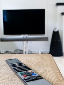 Av med TV'en, ut i solen!  (Foto: Colourbox)
