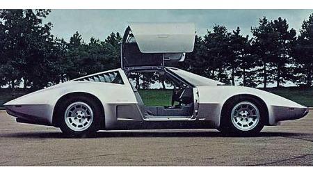 Aerovette´n hadde utpreget såpekopp-fasong, men både detaljer som luftinntak og karosseriets midtlinje er lett å kjenne igjen fra datidens produksjons-Corvette, C3-generasjonen. Foto: GM