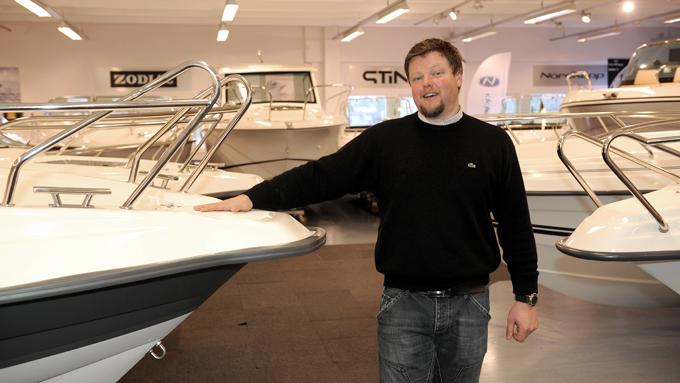 - Det går fortsatt mye skjærgårdsjeep. Men kundene ser etter nyheter og båter som nylig har fått facelift, sier Vegard Helland. (Foto: Egill J. Danielsen     )