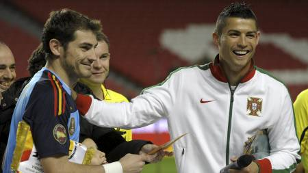 Spaniakeeper Iker Casillas og Portugals Cristiano Ronaldo (Foto: MIGUEL RIOPA/Afp)