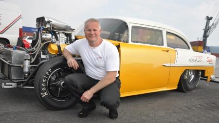 Tom Nordby var først mekaniker i mange år, før han fant ut at han ville kjøre selv. Og i denne sterkt modifiserte Bel Air-modellen går det unna.