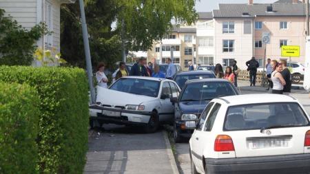 DRAMATISK: Biljakten endte i en lyktestolpe midt i boligfeltet på Hillevåg. Til alt hell kom ingen til skade under den elleville ferden. (Foto: Jan Edvard Nilsen)