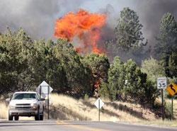 Redningsmannskapene måtte flykte da skogbrannen nær Mayhill i New Mexico blusset kraftig opp mandag. (Foto: Ap)