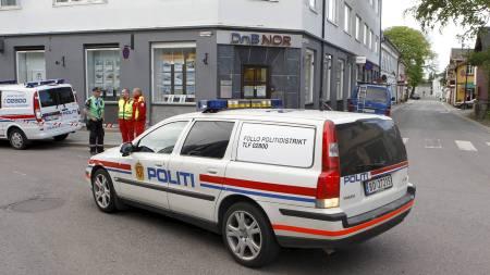 RANET: En DNB Nor-filial i Drøbak ble fredag ranet av en person med en pistiollignende gjenstand. Politiet sperret av området rundt banken og iverksatte søk etter gjerningsmannen. (Foto: Holm, Morten/Scanpix)