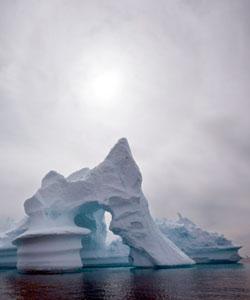 Nye data viser at isen i Arktis smelter raskere enn forskerene trodde for bare noen få år siden. Øningen i havnivået frem mot 2100 er oppjustert fra mellom 19 og 59 cm, til mellom 90 og 160 cm. (Foto: Ap)