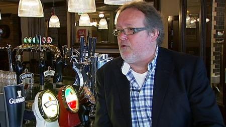 - HEMMELIGE AVTALER: Espen Smith har bakgrunn som ølimportør og hevder at han kjenner til avtaler de store bryggeriene gjør for å holde de små ute.  (Foto: TV 2)