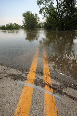 Veien er blitt til en innsjø i Tomato, Arkansas. (Foto: Afp)