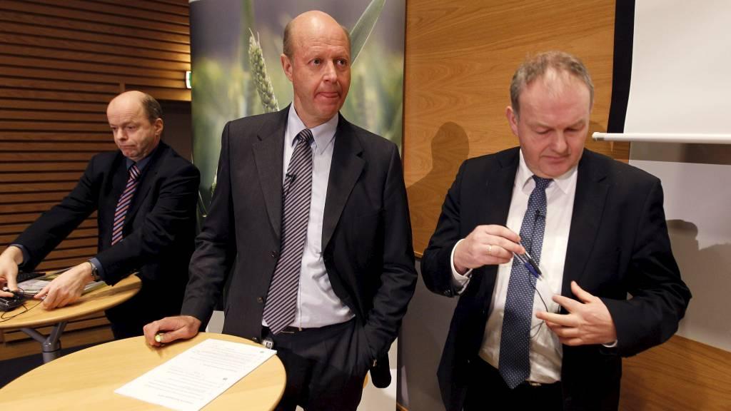 NY SAK AVDEKKET: Økokrim har siktet Yara for grov korrupsjon. Her er Dag Tore Mo, CEO Jørgen Ole Haslestad og CFO Hallgeir Storvik fotografert i forbindelse med at Q4-resultatet ble lagt frem 15. februar. (Foto: Kallestad, Gorm/Scanpix)