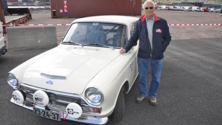 Ingar Engan ved bilen han nylig kjørte Rally Monte Carlo med.   Med seg på rallyet hadde han sønnen, Kjetil. I kveld er det Tommy Rustad   som sitter bak rattet når den testes på Broom-banen.