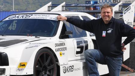 Kai Roger Bakken smiler alltid når han sitter bak rattet i dette råskinnet av en Audi.