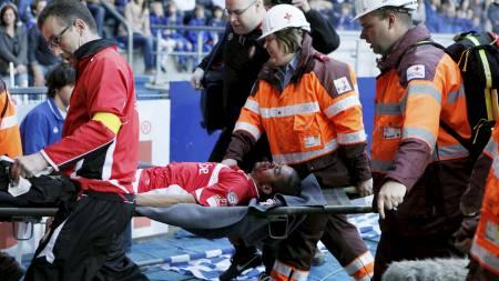LIVLØS: Standard Liege's Mehdi Carcela brakk både nesen og kjeven. (Foto: SEBASTIEN PIRLET/Reuters)