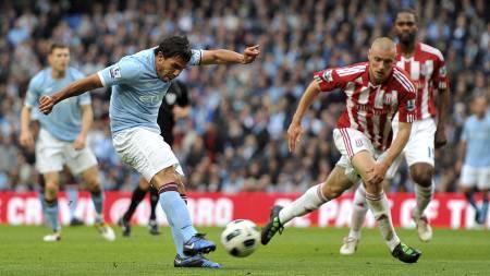 Carlos Tevez scorer mot Stoke. (Foto: Martin Rickett/Pa Photos)