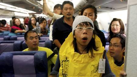 NØDLANDING: Passasjerene gjør seg klare til å evakuere flyet etter nødlandingen. (Foto: BEAWIHARTA/Reuters)