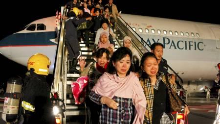 EVAKUERS: Passasjerene fraktes av flyet umiddelbart etter nødlandingen. (Foto: BEAWIHARTA/Reuters)