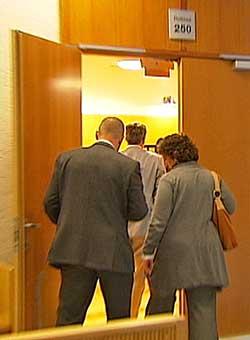 Den nederlandske delegasjonen på vei inn i rettssal 250 i Oslo tingrett, der den norske tamilen ble avhørt onsdag.