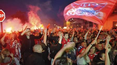 GULLJUBEL: Lilles supportere jublet over seriegull i gatene. (Foto: PHILIPPE HUGUEN/Afp)