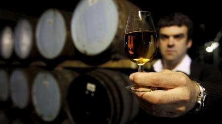 Ett glass vin inneholder cirka 100 kalorier. (Foto: DAVID MOIR, SCANPIX/Reuters)
