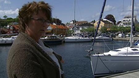 FANT BARNEBARNET PÅ KAIEN: Mormor Anne Berit Nordhaug kom ned til kaikanten i Grimstad og fant 13-åringen liggende på bakken med surstoffmaske. (Foto: Svein Flagestad/TV 2)