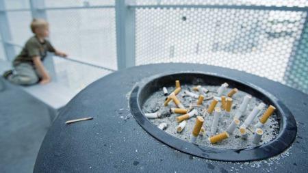 Dagfinn Høybråten mener neste skritt i røykeloven må bli forbud utendørs på offentlig sted. (Foto: Illustrasjonsfoto)