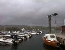 Nei, det regner ikke. Det var aske som gjorde luften mørk og truende i Bergen tirsdag. (Foto: Ronald Toppe)